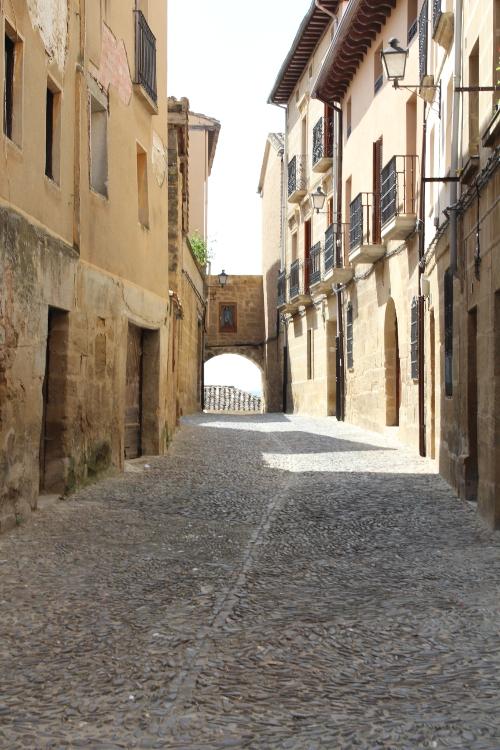 http://de-parador-en-parador.zonalibre.org/Images/BrionesPuertaMediaLuna_Blog.JPG