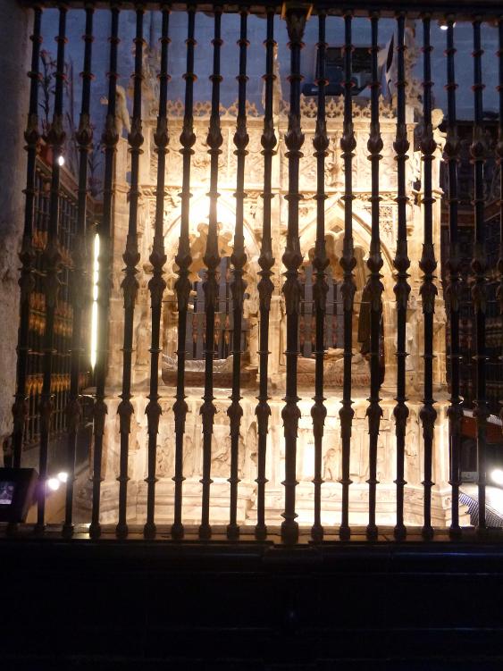 http://de-parador-en-parador.zonalibre.org/Images/CatedralSantoDomingoCalzadaMausoleoSanto_Blog.JPG
