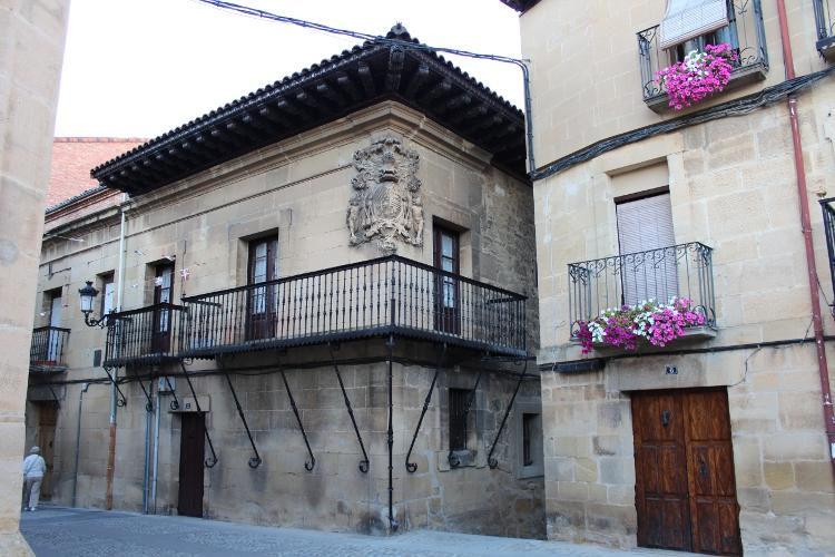 http://de-parador-en-parador.zonalibre.org/Images/ElCiegoCasaPalacioNavarreteLadrondeGuevara_Blog.JPG