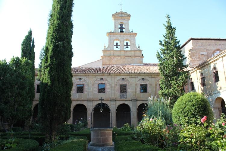http://de-parador-en-parador.zonalibre.org/Images/MonasterioCa%C3%B1asClaustro_Blog.JPG