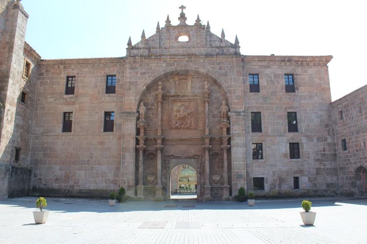 http://de-parador-en-parador.zonalibre.org/Images/MonasterioYusoVistaGeneralFrontalPuerta_Blog.JPG