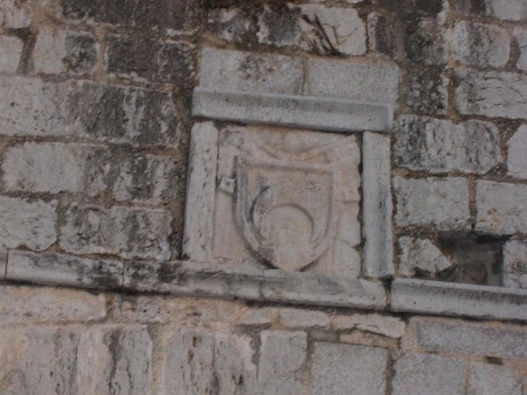 http://de-parador-en-parador.zonalibre.org/images/EscudoAccesoCastillo_Blog.JPG