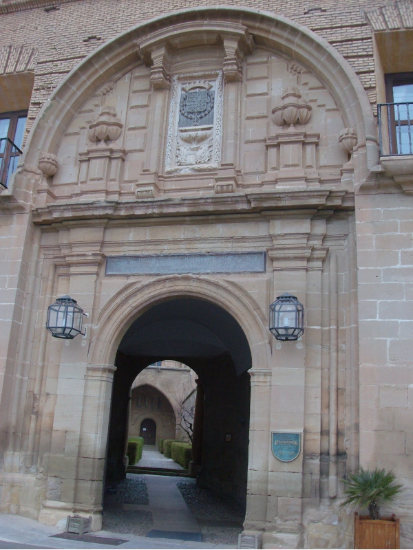http://de-parador-en-parador.zonalibre.org/images/ParadorTeruelPuerta_Blog.JPG